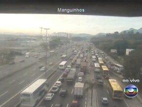 Trânsito lento na Avenida Brasil na manhã desta terça (25) - O grande número de veículos deixa a via com retenções nas pistas sentido Centro, na altura de Manguinhos. A Linha Vermelha apresenta trânsito intenso com fluxo bom. Na Ponte Rio-Niterói, os motoristas enfrentam trânsito intenso com tráfego bom.