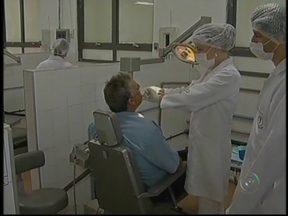 Universidade oferece tratamento dentário gratuito em Marília, SP - Em Marília (SP), uma universidade oferece diversos tratamentos dentários gratuitos à população. Alunos do curso de odontologia, sob a supervisão de professores, realizam os atendimentos.