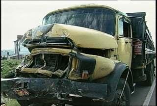 Pessoas ficam feridas em dois acidentes em Santa Maria - Um dos acidentes envolveu um ônibus e um caminhão