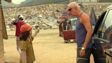 Jerônimo confirma para Leleco que Max vivia no lixão - O menino afirma que Nilo é mentiroso e garante que Max foi criado no lixão