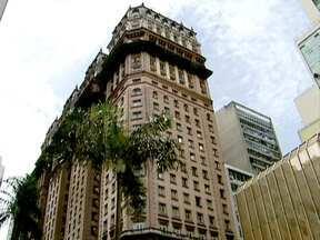 Edifício Martinelli ainda é um dos mais charmosos da capital - O edifício Martinelli foi construído nos anos 1920, como o primeiro arranha-céu da capital. Atualmente, em processo de restauração e mesmo sem estar entre os dez mais altos da cidade, o prédio continua sendo um dos mais importantes da capital.