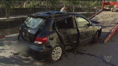 Acidente de carro deixa três mortos em São Vicente - Acidente foi na linha vermelha. Seis jovens ocupavam o veículo. Três morreram e dois continuam feridos.