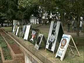 Jovens usam arte para fazer protesto contra a propaganda eleitoral irregular - Um grupo de manifestantes organizou uma exposição na Praça da Bandeira com os cavaletes recolhidos dos políticos.