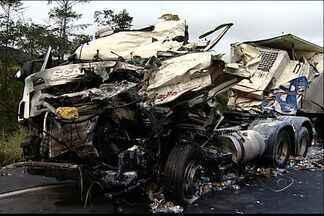 Motorista morre em acidente com três carretas na BR-101, no ES - Colisão aconteceu próximo ao trevo de Guarapari.Um dos veículos transportava leite e a carga quase foi saqueada.