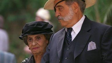 Dorotéia descobre que Glória se encontra com Josué - Ela encontra o professor na entrada da cerimônia de formatura. Iracema troca olhares com seu antigo namorado