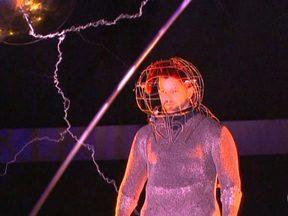 Mágico David Blaine faz número 'chocante' em Nova York - O ilusionista David Blaine ficou cercado por sete bobinas gigantes que produzem uma tempestade de raios e seu corpo recebeu um milhão de volts, a seis metros de altura. Ele promete ficar no local, por 72 horas em pé, sem comer nem dormir.