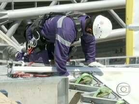 Alpinistas profissionais instalam a cobertura do estádio do Mineirão - A membrana que está sendo colocada no estádio forma uma proteção resistente, que permite a passagem de luz. Essa é a primeira obra a usar o recurso dos alpinistas profissionais.