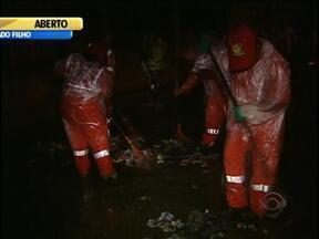 Mutirão de mais de 800 garis faz limpeza em Porto Alegre após eleições - Material será levado para aterro de Minas do Leão.