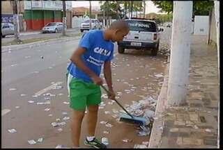 Candidato a vereador varre rua como pena por fazer boca de urna - O domingo de eleições em Unaí foi repleto de surpresas. Todos os mesários de uma seção foram presos.