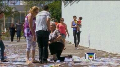Santinhos causam quedas de eleitores na região - Em São José dos Campos, uma eleitora idosa fraturou o fêmur após escorregar em panfletos.
