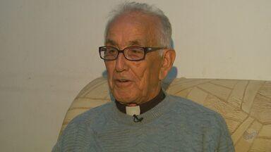 Padre de 81 anos de comunidade rural é tataravô em Nova Resende, MG - Ele se tornou padre depois de ficar viúvo após casamento de 50 anos.