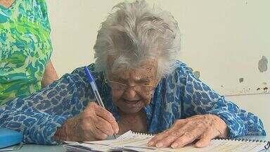 Idosos com mais de 100 anos fazem questão de participar das eleições - Pessoas com mais de 70 anos não são obrigadas a votar.