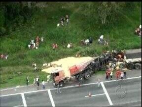 Dois caminhões batem na descida de serra - Trânsito na BR-277 ficou complicado.