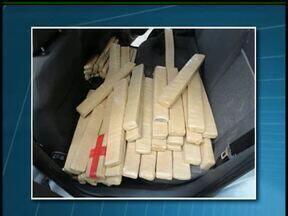Motorista é preso na BR-277 com 600 quilos de maconha - A apreensão foi na manhã desta segunda-feira (8) em Laranjeiras do Sul. A droga estava no porta-malas de um carro e sobre os bancos.