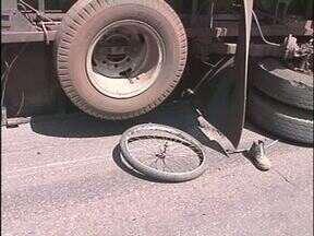 Dois ciclistas morrem atropelados por um caminhão - Foi na tarde desta segunda-feira (08), perto de Nova Esperança.