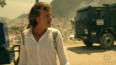 Max volta para o lixão - Ele conta a Lucinda que entregou as fotos dele e de Carminha juntos para a família de Tufão