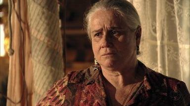 Lucinda repreende Max por ter prejudicado Carminha - O malandro intimida Picolé e reflete sobre sua volta ao lixão