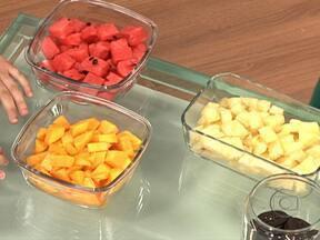 Trocar biscoitos por frutas ajuda a emagrecer - Crianças informadas colaboram a introduzir novos hábitos em casa. Outra dica é sair do sofá e passear com os cachorros. O endocrinologista Alfredo Halpern ressalta que é preciso se movimentar.