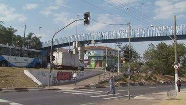Moradora de Campinas reclama de passagem para pedestres na região do Ouro Verde - Moradora de Campinas reclama de passagem para pedestres na região do Ouro Verde.