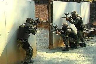 Polícia Militar utiliza paintball para realizar treinamentos, em Goiás - Os militares realizaram os treinamentos com o armamento que utiliza balas de tintas. Veja como esse procedimento é feito.