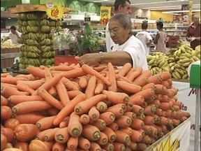 Cenoura está barata! Menos de um real o quilo - O quilo do produto pode ser encontrado a menos de um real. E a cenoura pode ser usada em várias receitas e faz muito bem pra saúde.