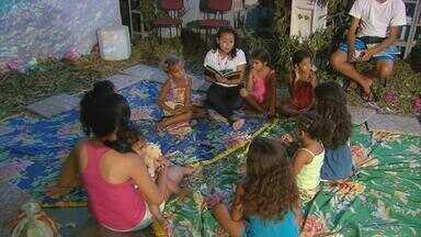 Bibliotecas comunitárias do Grande Recife participam da Semana do Conto - Crianças são chamadas para ler e ouvir histórias em cenários montados de maneira que eles também se sintam personagens.