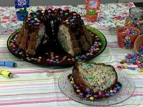 Aprenda a fazer um bolo canetinha - A chef paulistana Joyce Galvão ensina a fazer o bolo canetinha. A massa leva farinha de trigo, açúcar, ovos, leite, margarina, fermento e o principal: granulado colorido. A receita serve 16 pedaços.