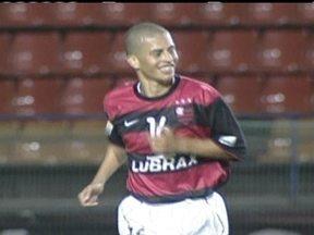 Baú do Esporte relembra show de Alex, pelo Flamengo, contra o Corinthians - Em goleada rubro-Negra, jogador marca dois gols.