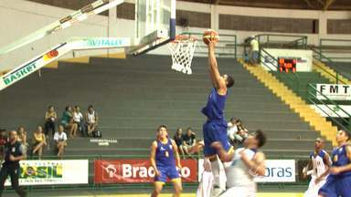 Seleção de basquete de MT vence de lavada no Brasileiro Sub-15 - E a coisa anda boa demais para nossos atletas também no basquete. No Brasileiro Sub-15 a Seleção de MT estreou com vitória arrasadora em cima dos Amazonenses, em Cuiabá.