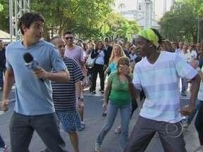 Bruno de Luca dança charme com a galera nas ruas - Ritmo faz sucesso no Divino, em Avenida Brasil