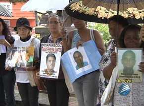 Confira o quadro Desaparecidos desta quarta-feira (10) - Parentes procuram entes desaparecidos na Praça da Piedade, em Salvador.
