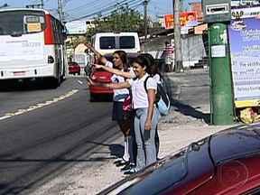 Prefeitura multa empresa de ônibus flagrada desrespeitando alunos da rede pública - A prefeitura multou a empresa em R$ 20 mil. Apesar de terem o direito garantido por lei à gratuidade, os motoristas ignoram a presença dos estudantes nos pontos.