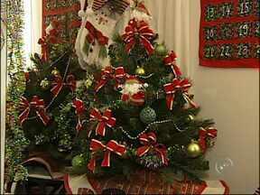 Produção de enfeites e presentes para o natal acelera na região - Com a chegada do fim do ano e das festividades, o Natal já está a caminho. Para quem produz para os períodos de festas, a produção de enfeites e presentes está acelerada na região.