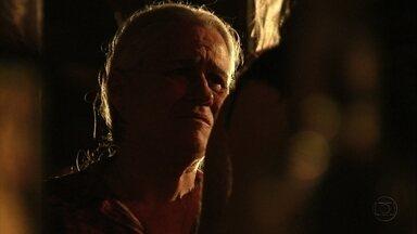 Lucinda teme que Max cometa uma loucura - Ela avisa a Nilo que o filho roubou seu carro. O catador afirma que Lucinda teme que seu passado venha à tona