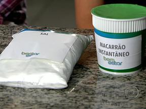 Macarrão instantâneo tem muito sal - Uma unidade de macarrão instantâneo tem 4g de sal, quase a totalidade da quantidade recomendada por dia. Em um mês, Mary ingere 120g de sal só no macarrão. Ela conta que na família há casos de hipertensão.