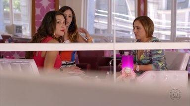 Olenka incentiva Monalisa a procurar Tufão - Beverly conta para as amigas que Lucinda confessou que matou Max