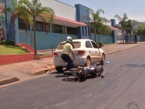 Imagens flagram acidente com agente de trânsito - Imagens da TV Centro América flagraram o momento em que um agente de trânsito se envolveu em um acidente no centro de Cuiabá. O motociclista bateu na traseira de um carro que estava estacionado na avenida.