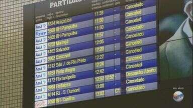 Fechamento do Aeroporto de Viracopos, em Campinas, causa transtornos para passageiros - O fechamento do Aeroporto de Viracopos, em Campinas (SP), devido a um poblema com uma aeronave causou transtornos para os passageiros que iriam utilizar o terminal durante o fim de semana.