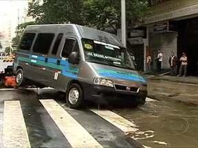 Tubulação se rompe e inunda quarteirões de Copacabana - Uma van caiu no local do incidente, mas o motorista não se feriu. A Cedae informou que o buraco será fechado ainda nesta segunda-feira (15) e não vai faltar água no bairro.