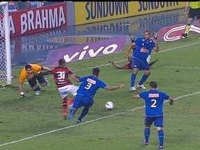 Sob tensão, Flamengo apenas empata em 1 a 1 com o Cruzeiro pelo Brasileirão - Os jogadores do time rubro-negro reclamam da arbitragem.