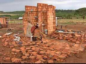Após chuva, casas de assentamento são destruídas em Uberlândia, MG - Segundo os moradores, cerca de 300 barracos foram atingidos. PM esteve no local, mas moradores não registraram boletim de ocorrência.