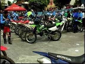 Padre motociclista faz homenagem à padroeira com mais 300, em trilhão - Evento em Divinópolis percorre principais ruas da cidade, neste domingo