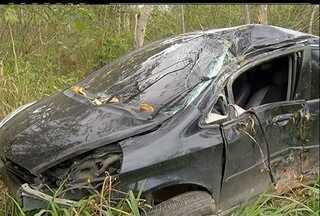 Perseguição termina com acidente e troca de tiros na cidade de Maricá - Antes da fuga os bandidos assaltaram uma pessoa e roubaram um carro.Os criminosos foram atingidos pelos policiais e estão no hospital da cidade.
