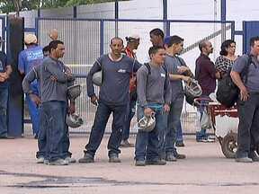 Funcionários tercerizados fazem protesto em fábrica de cimento - Os funcionário tercerizados que trabalham em uma fábrica de cimento na Região da Fercal, fecharam a entrada da empresa. Eles estão há 45 dias sem receber salário. Uma fila de caminhões foi formada na DF-25.