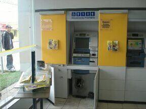 Bandidos usam maçarico para arrombar caixas eletrônicos de agências bancárias na região - No fim de semana, a quadrilha abriu um caixa na cidade de Rebouças. Nesta segunda-feira (15) foi a vez de um banco em Irati.