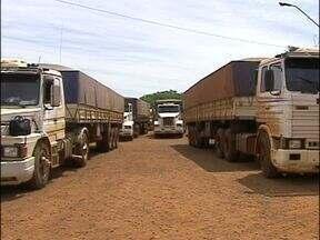 Caminhoneiros vão à Santa Helena para fugir da lotação nos portos secos de Foz e Guaíra - Mas eles também estão ficando parados por lá.
