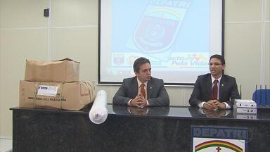 Quatro homens são presos suspeitos de roubar carga de tecidos - Segundo a polícia, a quadrilha roubava a carga para revender. O material foi avaliado em R$ 1,5 milhão.