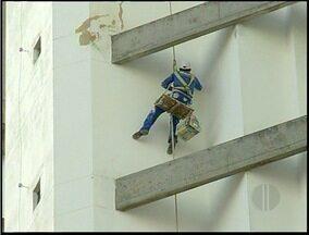 Flagrante de trabalho irregular em Campos dos Goytacazes, RJ - Operário trabalhava sem quipamentos de segurança em um prédio.Cinegrafista da Inter TV Planície flagrou irregularidade.