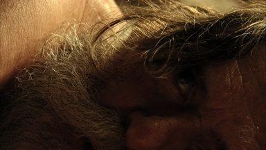 Avenida Brasil - capítulo de terça-feira, dia 16/10/2012, na íntegra - Nina fica intrigada com as mentiras de Santiago. Lucinda diz que assassino de Max não merecia estar preso. Santiago decide matar Nilo. Nilo morre.