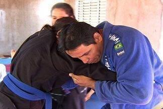Família de lutadores de jiu-jitsu em MS se prepara para o pan-americano - Pai e filhos. A paixão dessa família é o jiu-jitsu. Tanta dedicação já rendeu medalhas brasil afora. E vem mais por aí, pois tem o pan-americano no fim de semana em São Paulo.